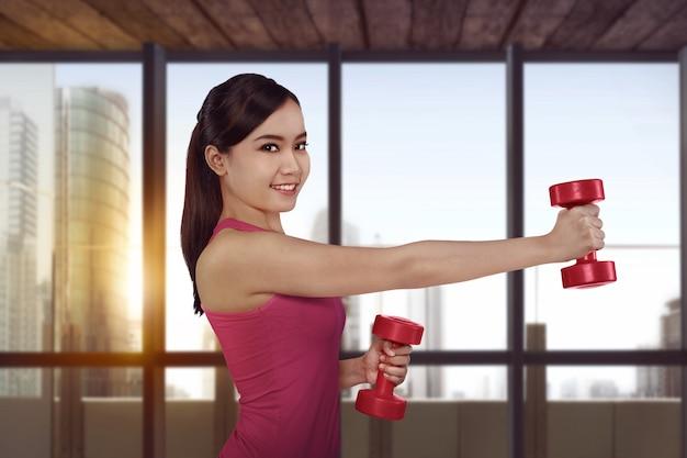 Treino de jovens mulheres asiáticas fitness com halteres