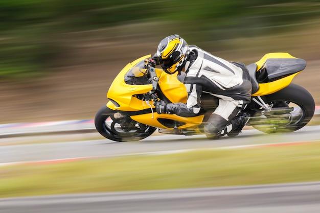 Treino de motocicleta encostado em uma curva rápida na pista