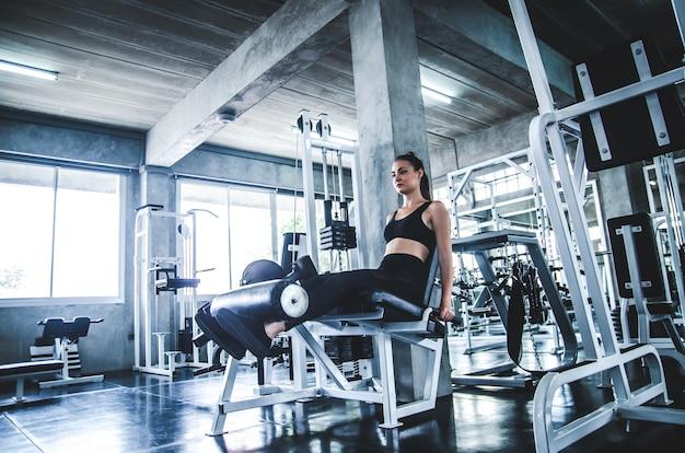 Treino de mulher exercício no ginásio fitness na máquina