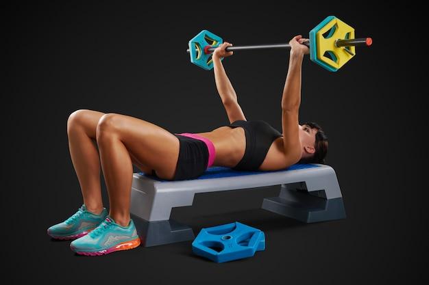 Treino de mulher fitness com barra