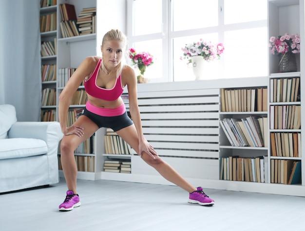 Treino de mulher loira fitness em casa