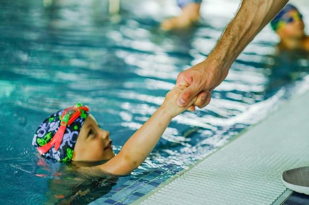 Treino de natação para crianças na piscina