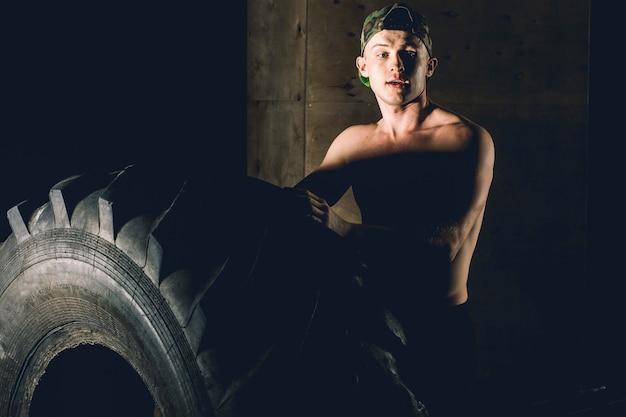 Treino de pneus no ginásio