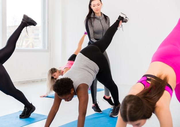 Treino intenso com mulheres no ginásio