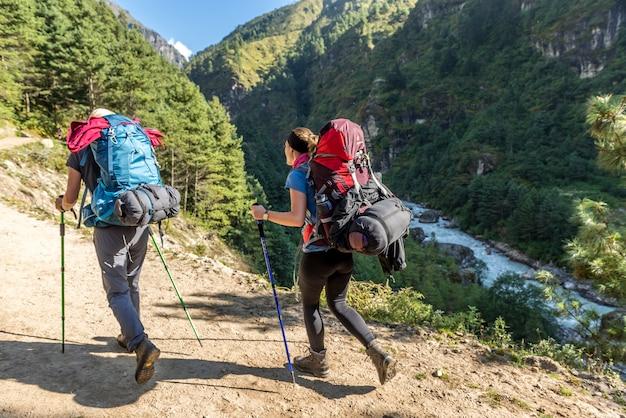 Trekker andar no caminho para o acampamento base de mt.everest na área de khumbu, nepal