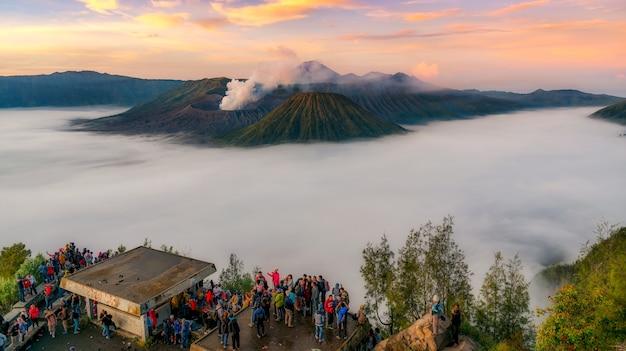 Trekker, levando, foto, de, gunung, bromo, vulcão, em, java, indonésia, amanhecer