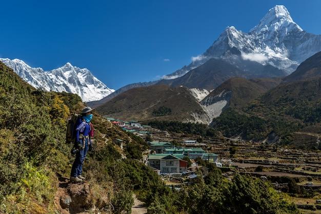 Trekker na rota do acampamento base de everest com dablam de ama, nepal.