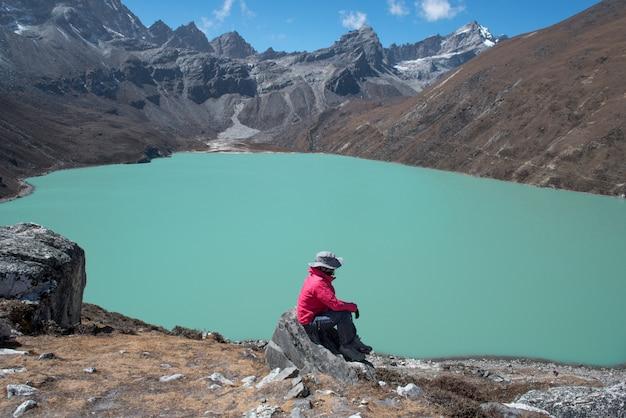 Trekker no caminho de lobuche para a aldeia de gokyo com o lago naktok