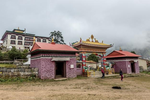 Trekker visitar o mosteiro de stupa no caminho do acampamento base mt.everest na região de khumbu, nepal