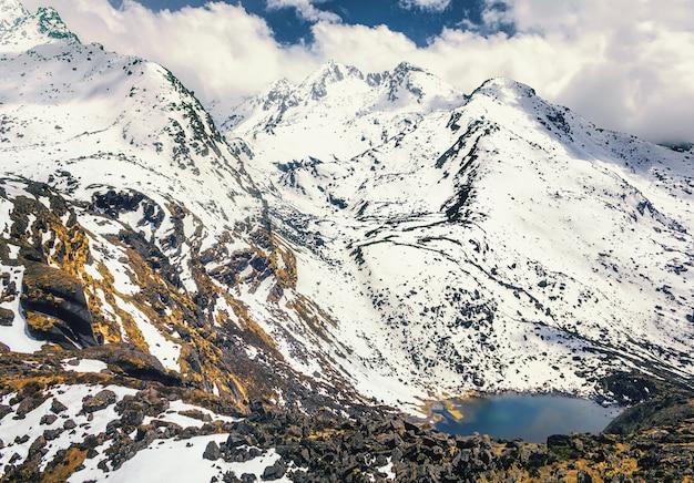 Trekking ao lago gosaikunda - lago sagrado para a peregrinação hindu e budista no himalaia, nepal