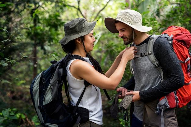 Trekking em uma floresta