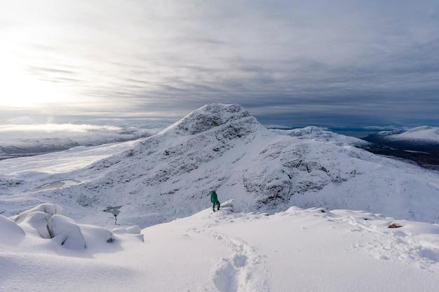 Trekking em uma montanha de neve