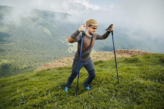 Trekking esportivo com equipamentos especiais e hicker feliz