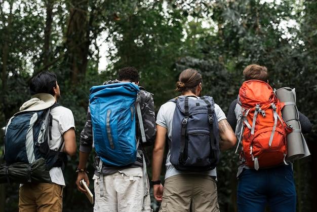 Trekking juntos em uma floresta