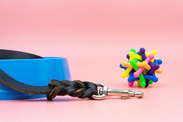 Trelas de couro para animais de estimação com brinquedos de borracha
