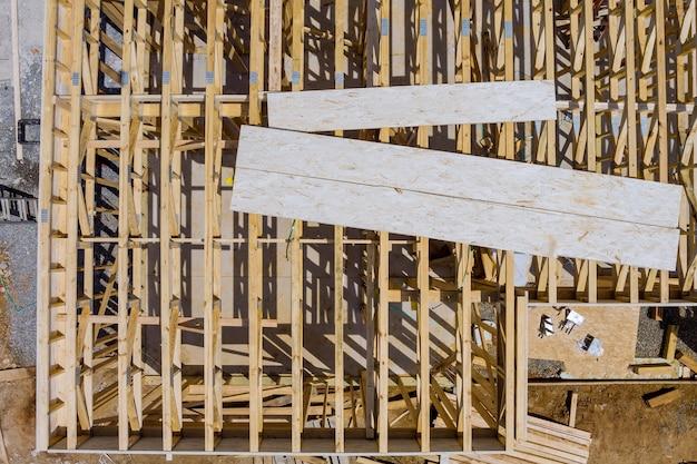 Treliça, viga, viga nova casa em construção, moldura externa com moldura de madeira