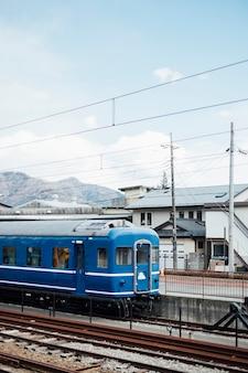 Trem azul e céu na ferrovia do japão