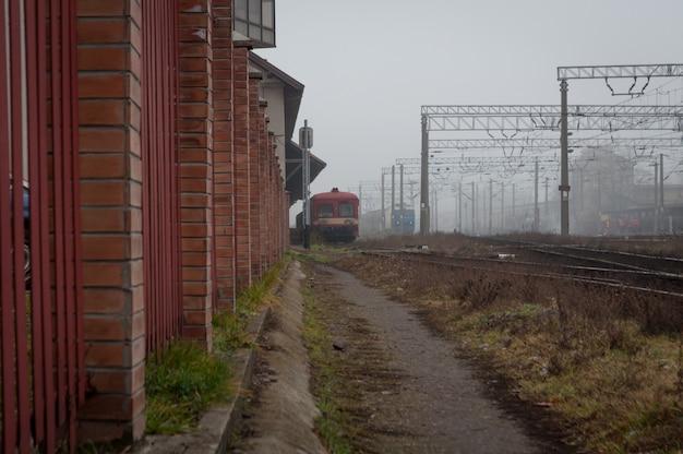 Trem chegando na estação de trem. um dia enevoado