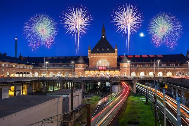 Trem, corrida, em, central de copenhaga, estação, em, dinamarca, com, claro, céu azul, e, fogo artifício