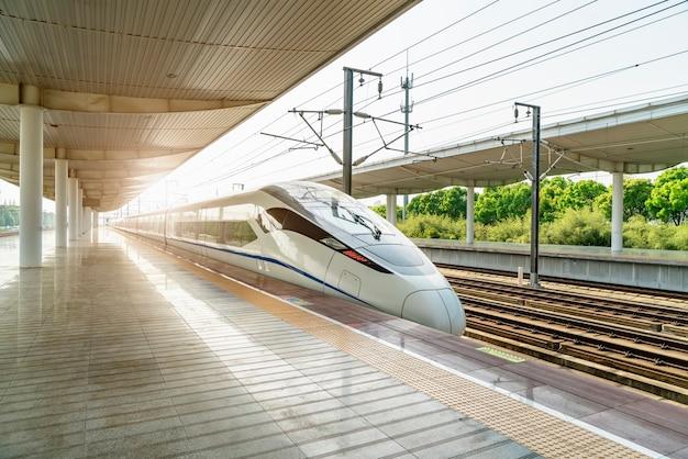 Trem de alta velocidade da estação ferroviária e plataforma