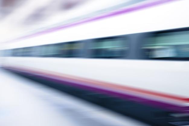 Trem de alta velocidade em borrão de movimento - fundo abstrato