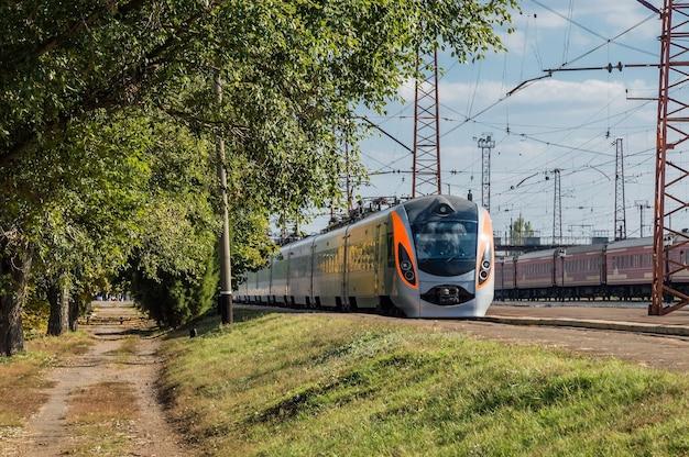 Trem de alta velocidade na estação antes da partida