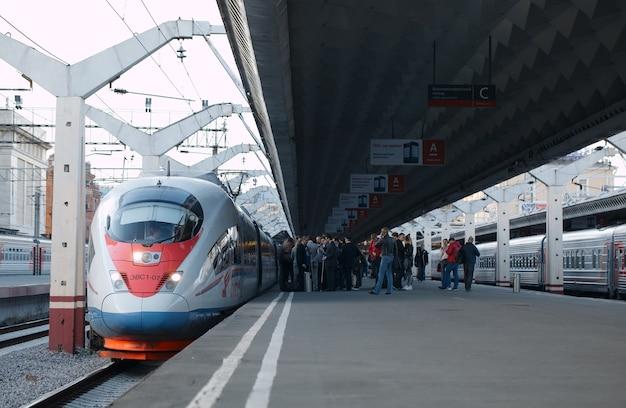 Trem de alta velocidade sapsan sai da estação ferroviária