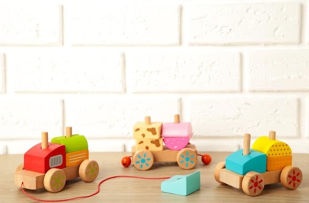 Trem de bebê feito de blocos geométricos de madeira
