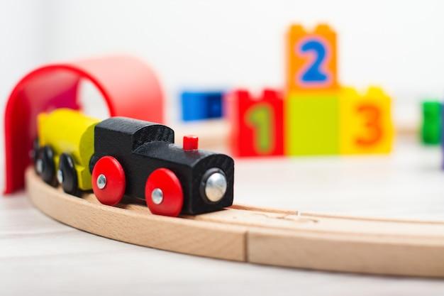 Trem de brinquedo de madeira colorido