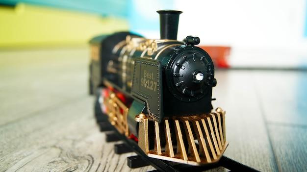 Trem de brinquedo retrô na pista circular no chão