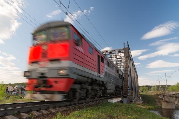 Trem de carga em movimento