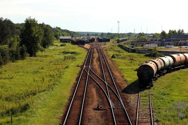 Trem de carga industrial na estrada de ferro