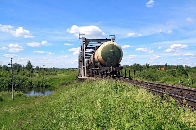 Trem de carga perto da ponte ferroviária