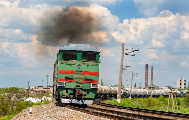 Trem de carga rebocado por locomotiva a diesel. ferrovias ucranianas