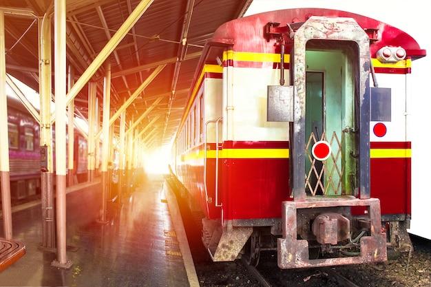 Trem de ferrovia em viagem. conceito de viagens