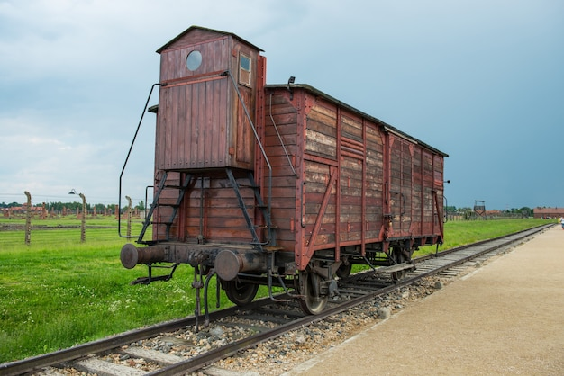 Trem de gado para o campo da morte do holocausto do campo de concentração de auschwitz-birkenau na alemanha nazista