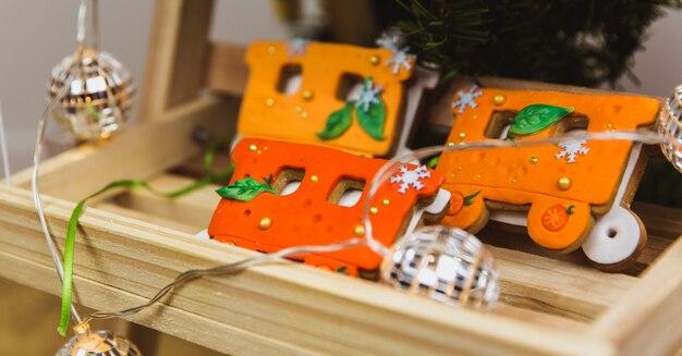 Trem de gengibre de natal laranja pintado à mão no carrinho de madeira