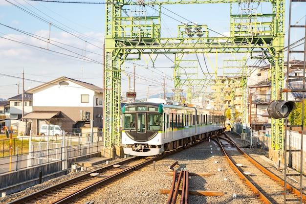 Trem de locomotiva local em kyoto