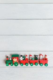 Trem de natal sobre um fundo branco