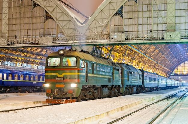 Trem de passageiros a diesel em lviv