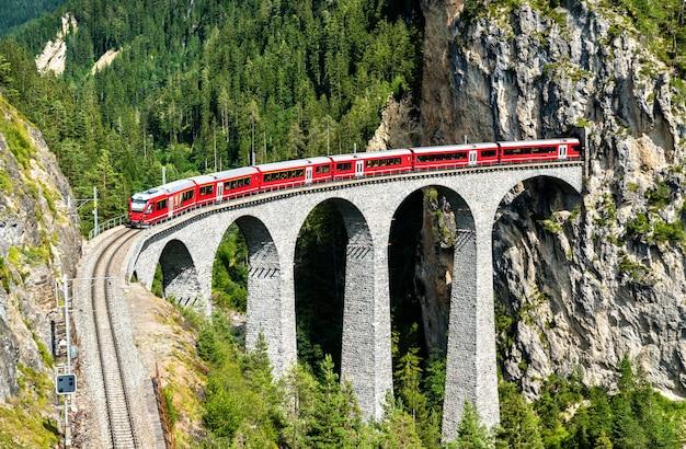 Trem de passageiros cruzando o viaduto landwasser na suíça