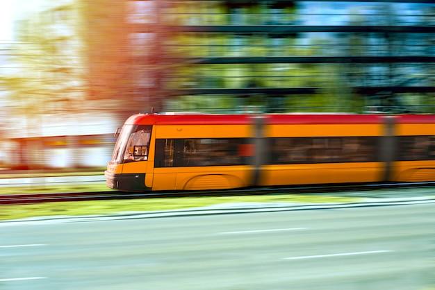 Trem de passageiros de alta velocidade em movimento na ferrovia