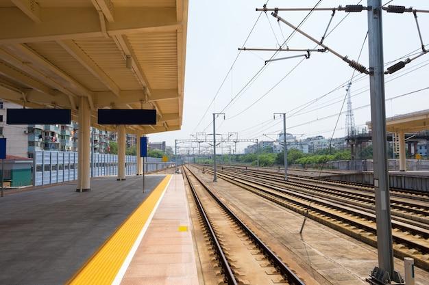 Trem de passageiros de alta velocidade em trilhos com efeito de desfoque de movimento ao pôr do sol. estação ferroviária na ucrânia