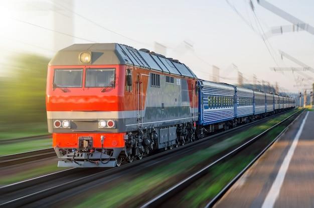 Trem de passageiros diesel viajando luz de viagem de vagões ferroviários de velocidade.