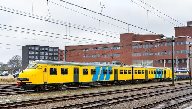 Trem de passageiros na estação ferroviária de amersfoort, na holanda