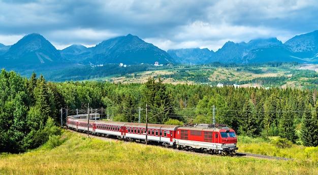 Trem de passageiros nas montanhas tatra - eslováquia, europa central