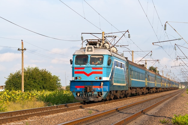 Trem de passageiros transportado por locomotiva elétrica na ucrânia