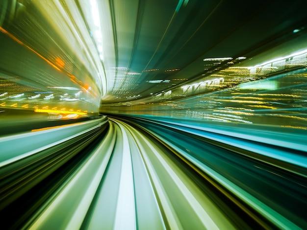 Trem do borrão de movimento que move-se no túnel do trilho da cidade. sumário de alta velocidade do fundo do veículo.