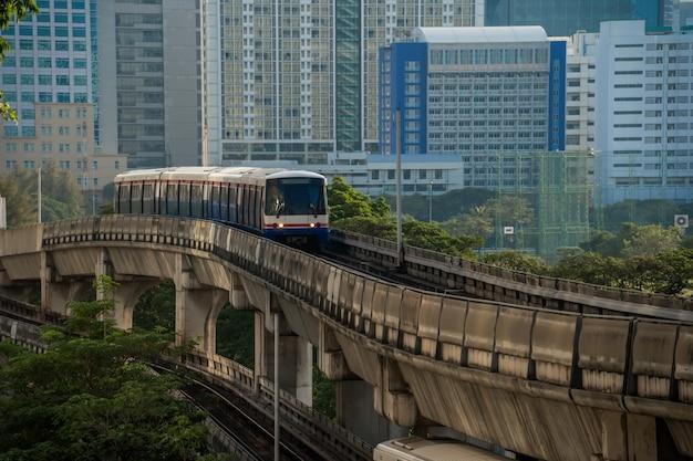 Trem do céu de bangkok. sky train no centro de bangkok, tailândia.