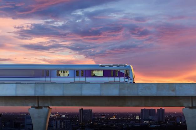 Trem do céu na cidade, bangkok, tailândia